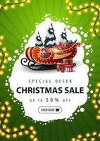 offerta speciale, saldi natalizi, sconti fino a 50, banner sconto verde verticale con nuvola bianca astratta, ghirlanda, bottone, slitta di Babbo Natale con regali e pini innevati vettore