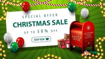 offerta speciale, saldi natalizi, sconti fino a 50, banner sconto verde con palloncini, ghirlanda, foglio di carta bianco e cassetta delle lettere di Babbo Natale con regali vettore