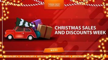 saldi natalizi e settimana di sconti, banner rosso sconto orizzontale con pulsante, ghirlanda cornice e auto d'epoca rossa che trasportano albero di Natale vettore