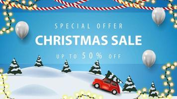 offerta speciale, saldi natalizi, fino a 50 di sconto, banner sconto blu con palloncini bianchi, ghirlande e paesaggio invernale dei cartoni animati con auto d'epoca rossa che trasportano albero di natale vettore