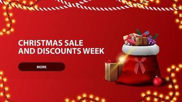 Saldi di Natale e settimana di sconti, banner orizzontale rosso con bottone, ghirlanda e borsa di Babbo Natale vettore