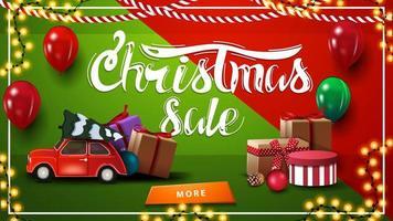 vendita di natale. banner sconto orizzontale rosso e verde con ghirlanda, palloncini, regali, pulsante e auto d'epoca rossa che trasportano albero di Natale vettore