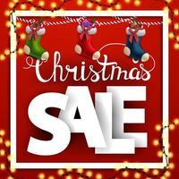 vendita di natale, banner sconto quadrato con lettere grandi e calze natalizie vettore