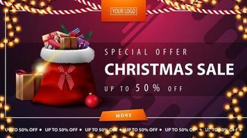 offerta speciale, saldi natalizi, sconti fino a 50, banner sconto orizzontale viola con bottone, ghirlanda a cornice e borsa di babbo natale con regali vettore