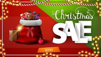 vendita di natale. banner sconto orizzontale rosso e verde con ghirlanda, bottone e borsa di Babbo Natale con regali vettore