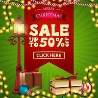 saldi natalizi, sconti fino a 50, banner sconto quadrato verde e rosso con lanterna a palo, regalo, ramo di un albero di natale con un cono e una palla di natale vettore