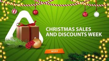 vendite natalizie e settimana di sconti, banner orizzontale verde per sito Web con decorazioni natalizie, regali e ramo di albero di natale