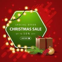 offerta speciale, saldi natalizi, fino a 50 sconti, striscione quadrato rosso e verde con ghirlanda, regalo e ramo di un albero di natale