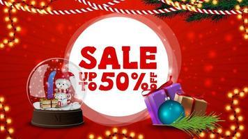saldi natalizi, fino a 50, banner sconto rosso per sito Web con decorazioni natalizie, regali e globo di neve vettore