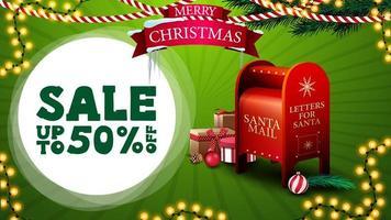 saldi natalizi, fino a 50 sconti, banner sconto verde per sito web con ghirlande, logo con nastro, rami di albero di natale e cassetta delle lettere di Babbo Natale con regali vettore