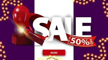 svendita, fino a 50, striscione sconto orizzontale viola e bianco con caratteri grandi, nastro rosso, confezione regalo e palloncino.