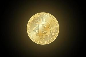 moneta bitcoin dorata. vettore crypto valuta simbolo d'oro su sfondo nero. tecnologia blockchain