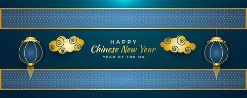 banner di auguri di capodanno cinese con nuvole dorate e lanterne blu su sfondo blu astratto vettore