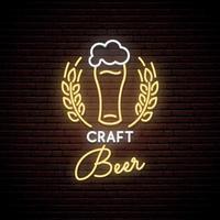 insegna al neon di birra artigianale. emblema del pub al neon, banner luminoso. design pubblicitario. insegna luminosa notturna. vettore