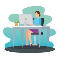 donna che lavora a casa nel computer