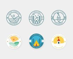 set di design distintivo del paesaggio. emblema del logo di avventura e viaggio in design piatto. logotipo illustrazione vettoriale. vettore