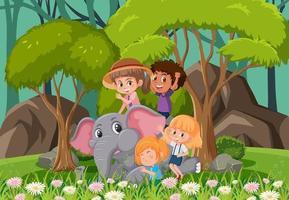 scena della foresta con bambini che giocano con un elefante vettore