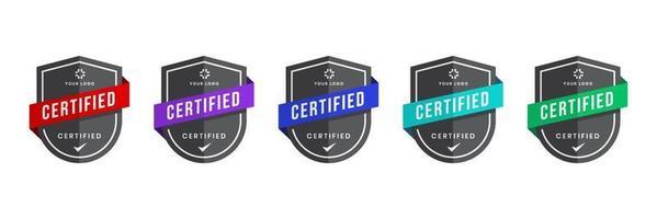 distintivo logo certificato con vettore a forma di scudo. certificati digitali dei livelli dei criteri. modello di icona di sicurezza vettoriale.