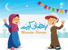 felici giovani bambini musulmani con banner ramadan kareem che celebra il ramadan vettore