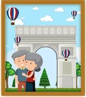 una foto di una vecchia coppia con l'arco di trionfo vettore