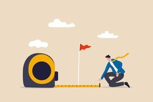 misurazione del successo aziendale, quanto lontano dall'obiettivo aziendale e dal raggiungimento o dal concetto di analisi metrica di crescita, uomo d'affari intelligente che utilizza nastro di misurazione per misurare e analizzare la distanza dalla bandiera di destinazione. vettore