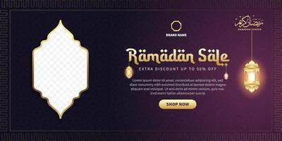 banner di vendita di ramadan. banner di promozione web per biglietto di auguri, voucher, modello di post sui social media per eventi islamici vettore