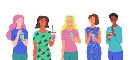 un insieme di caratteri. le giovani donne bevono frullati, succo di frutta fresco, un cocktail. il concetto di una corretta alimentazione, uno stile di vita sano. illustrazione di cartone animato piatto. vettore