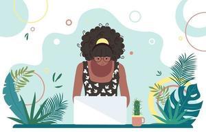 donna nera afroamericana che lavora a un computer. formazione in linea. libero professionista, lavoratore autonomo, studente. design degli interni sul posto di lavoro estivo. vettore