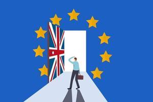 Negoziazione brexit, accordo e decisione, futuro economico dell'Europa e del Regno Unito dopo l'uscita del Regno Unito dal concetto di zona euro, uomo d'affari frustrato in piedi davanti alla porta della Union Jack per uscire dalla stanza della bandiera dell'euro. vettore