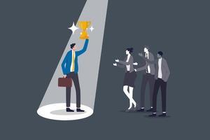 il talento di reclutamento sceglie il miglior uomo per lavoro, viene riconosciuto per il duro lavoro o apprezza la visibilità sull'abilità lavorativa, uomo d'affari vincitore della fiducia che tiene la coppa del trofeo con i riflettori puntati sui colleghi. vettore