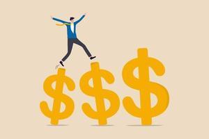 crescita guadagnando investimenti, aumentando il reddito e bonus nella carriera o nel successo nel concetto di business finanziario, manager professionista dell'uomo d'affari che cammina e salta sui segni del dollaro d'oro di crescita. vettore