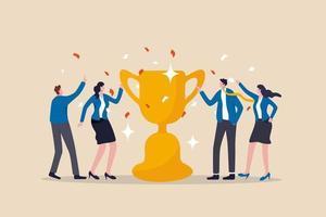 riconoscimento del successo di squadra, ricompensa per il lavoro di squadra per raggiungere l'obiettivo aziendale, vittoria per i colleghi per completare il concetto di missione di lavoro, squadra di uomini e donne d'affari di successo di felicità che tiene la coppa del trofeo vincente. vettore
