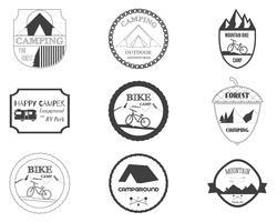 Set di badge retrò e grafica logo etichetta. Distintivi di campeggio e emblemi del logo di viaggio. Mountain bike, camper, camper e tema del campeggio in foresta. Vettore.