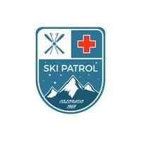 Etichetta Ski Patrol. Distintivo di esploratore di sport invernali Vintage montagna. Logo design avventura all'aria aperta. Emblema di colore disegnato a mano e hipster a mano. Simbolo icona di primo soccorso. Belle pallette Vettore della regione selv