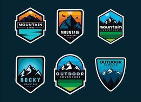 set di avventura all'aria aperta logo di montagna, distintivi, banner, emblema vettore