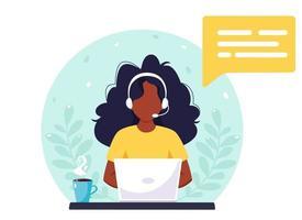 donna nera con le cuffie che lavorano al computer. servizio clienti, assistente, supporto, concetto di call center. illustrazione vettoriale. vettore