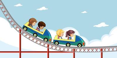 i bambini cavalcano montagne russe con lo sfondo del cielo vettore