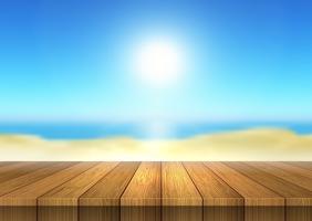 Tavolo in legno che guarda al paesaggio della spiaggia defocussed
