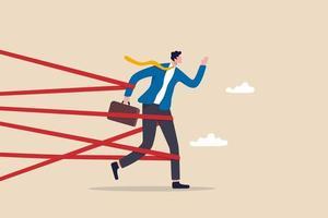 difficoltà di affari o lotta con ostacolo alla carriera, limitazione e trappola o sfida da superare al concetto di successo, uomo d'affari legato con la burocrazia che cerca di scappare con il massimo sforzo. vettore