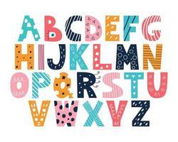 alfabeto latino multicolore in stile doodle su uno sfondo bianco carino brillante vettore inglese lettere maiuscole divertente carattere disegnato a mano arredamento per poster per bambini cartoline abbigliamento e decorazione d'interni