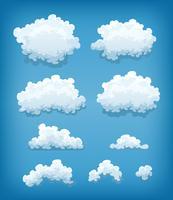 Nuvole messe sul fondo del cielo blu