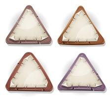 Segni di carta strappati sui triangoli di pietra e legno