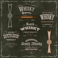 Etichette e guarnizioni del whiskey sul fondo della lavagna