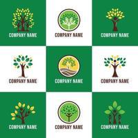 logo incentrato sugli alberi che crescono nella natura vettore
