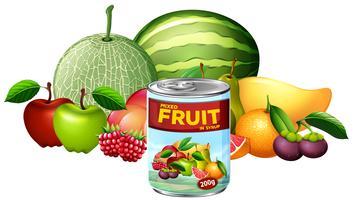 Una lattina di frutta mista e frutta fresca