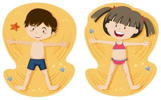 Ragazzo e ragazza che giocano a sabbia