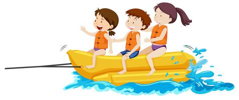 Bambini felici che giocano barca di banana