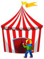 Un ragazzo entra nella tenda da circo