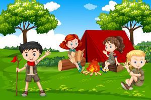 Bambini in campeggio nella natura