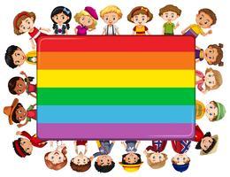 Scheda dell'arcobaleno con molti bambini nella priorità bassa